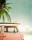Auto geparkt auf dem tropischen Strand Lizenzfreies Stockfoto