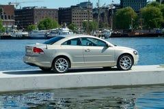 Auto geparkt auf einem sich hin- und herbewegenden Pier stockfotos