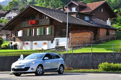 Auto geparkt am Schweizer Chalet stockfoto