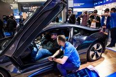 Auto-guidando l'automobile scoperta a due posti di BMW i8 e realtà virtuale Microsoft HoloLens dalla società di IBM sulla mostra  Fotografie Stock