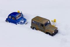 Auto haftete im Schnee Stockfotos
