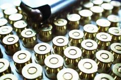 45 auto handeldvapenkulor med den högkvalitativa tidskriften Arkivbild