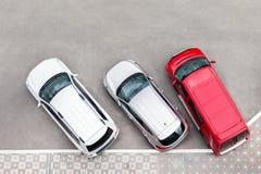 Auto in het aprking van gebied bij stadsstraat die wordt geparkeerd Voertuigentribune in rij dichtbij weg Mening van hierboven stock afbeeldingen