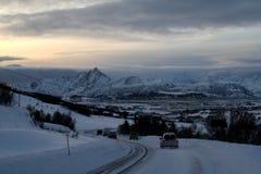 Auto het berijden in de voorzijde van aard bij Lofoten-Eilanden Noorwegen stock foto's
