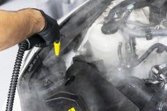 Auto het detailleren De schoonmakende motor van de autowas Schoonmakende motor van een auto die hete stoom gebruiken De hete was  stock fotografie