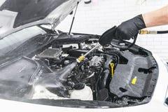 Auto het detailleren Handautowasserettemotor met drukwater Wasmotor van een auto met waterpijp Auto het washman arbeider vehic sc stock foto
