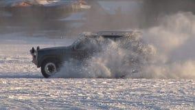 Auto het drijven crazily op sneeuw en ijzige meer langzame motie stock video