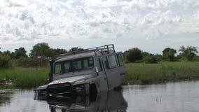 Auto het drijven de natte safari van Arfica van het fileldland stock videobeelden