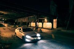Auto het drijven door een donkere stadstunnel Stock Fotografie
