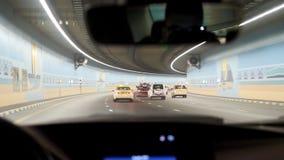 Auto het drijven door tunnel, wegtunnel bij nacht Binnenland van een stedelijke tunnel met auto, motieonduidelijk beeld Auto's he Royalty-vrije Stock Afbeeldingen