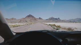 Auto het drijven langs de epische witte zoute weg van de meerwoestijn naar bergen en duidelijke blauwe hemelhorizon in Bonneville stock videobeelden