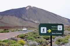 Auto het drijven langs de weg die door het de natiepark leiden van delteide (Tenerife, Spanje) Royalty-vrije Stock Foto's