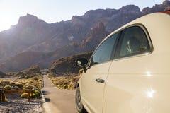 Auto het drijven langs een woestijnweg Royalty-vrije Stock Foto's