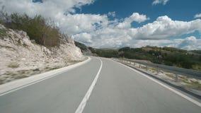 Auto het drijven langs landweg op de zomerdag openlucht stock footage