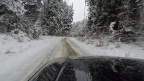 Auto het drijven langs sneeuwweg stock footage