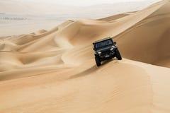Auto het drijven in Oneffenheidsal Khali Desert bij het Lege Kwart, in Abu royalty-vrije stock afbeeldingen