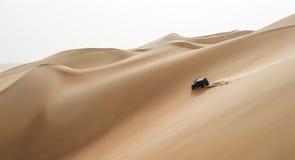 Auto het drijven in Oneffenheidsal Khali Desert bij het Lege Kwart, in Abu stock foto