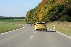 Auto het drijven op de weg Stock Afbeelding