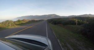 Auto het drijven op de weg in Californië stock video