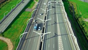 Auto het drijven op dwarsweg en wegkruising in stadsinfrastructuur stock video