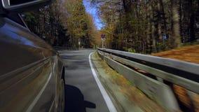 Auto het drijven op een straat in de herfst stock footage