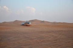Auto het drijven op het zand. Royalty-vrije Stock Fotografie