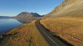 Auto het drijven op Route 1 in Zuid-IJsland stock footage