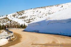 Auto het drijven op smalle weg in Beklemeto-pas, Balkan bergen, Bulgarije Smeltende sneeuw in de lentetijd, gevaarlijke drijfvoor royalty-vrije stock afbeeldingen
