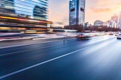 Auto het drijven op snelweg bij zonsondergang, motieonduidelijk beeld Stock Afbeelding