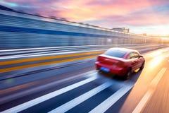 Auto het drijven op snelweg, motieonduidelijk beeld Royalty-vrije Stock Afbeeldingen
