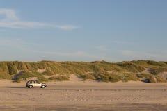 Auto het drijven op zandstrand in Jutland, Denemarken Royalty-vrije Stock Foto's