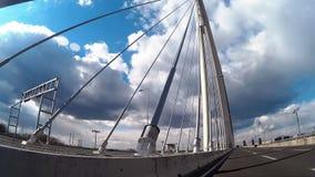 Auto het drijven over de nieuwe Sava-brug in Belgrado stock footage