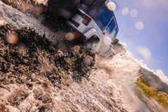 Auto het drijven in rivier Royalty-vrije Stock Foto