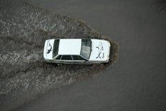 Auto het drijven via de overstroomde straat na sterke douche Royalty-vrije Stock Afbeeldingen