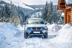 Auto in het klassieke landschap dat van de de winterberg wordt geparkeerd royalty-vrije stock foto's