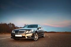 Auto in het licht van avondzon royalty-vrije stock foto's