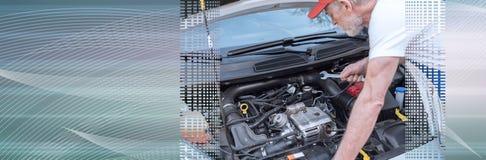 Auto het mechanische werken aan motor van een auto Panoramische banner stock foto