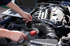 Auto het mechanische werken in de autoreparatiedienst.