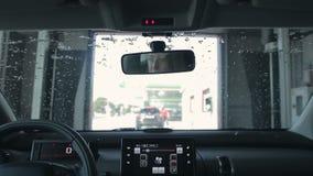 Auto het Schoonmaken in automatische Autowasserette stock footage