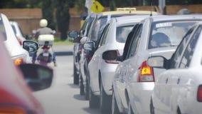 Auto in het stadsverkeer stock footage