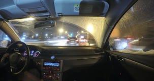 Auto in het verkeer van de nachtstad stock footage