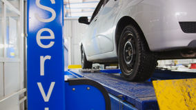 Auto hjuljustering i service, bil som förbereder sig för yrkesmässig diagnostik Arkivfoto