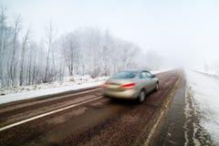 Auto in hoge snelheid met onscherpe motie op winterse voorwaarden wordt gevangen die Stock Foto's