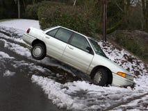 Auto im Abzugsgraben Lizenzfreie Stockfotos