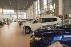 Auto im Ausstellungsraum der Verkaufsstelle Nissan in Kasan-Stadt Lizenzfreie Stockbilder