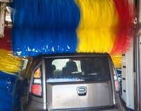 Auto im Autowäschen Stockbild