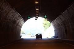 Auto im dunklen Tunnel Lizenzfreie Stockfotos