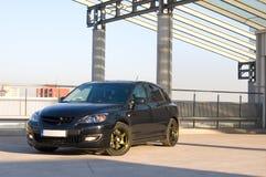 Auto im Parkplatz lizenzfreie stockfotos