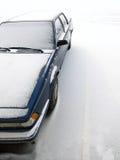 Auto im Parkplatz umfasst im frischen Schnee Stockfotografie