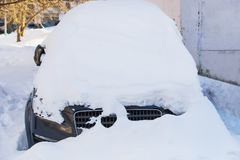 Auto im Parkplatz im Winter Lizenzfreie Stockfotos